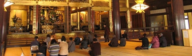 people-pray-in-japanese-temple-header